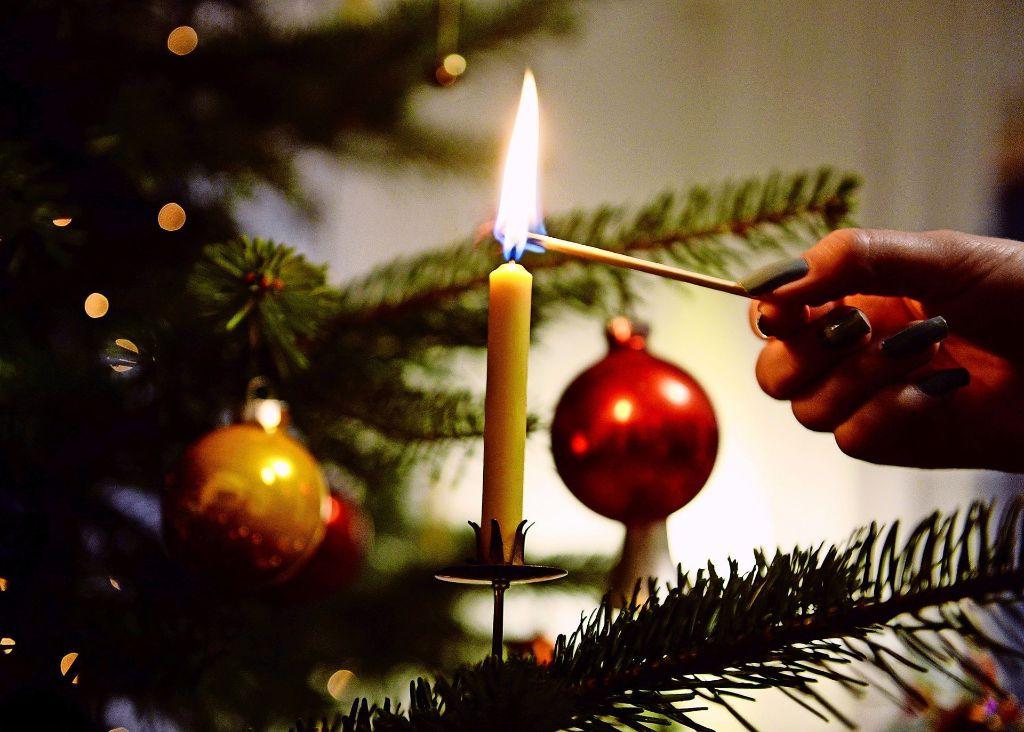 Zu Weihnachten gehört heutzutage in vielen Ländern ein geschmückter Baum. Auch der Gang zur Kirche und Geschenke dürfen nicht fehlen. Foto: Annina Baur, dpa (5), Thomas Schauz
