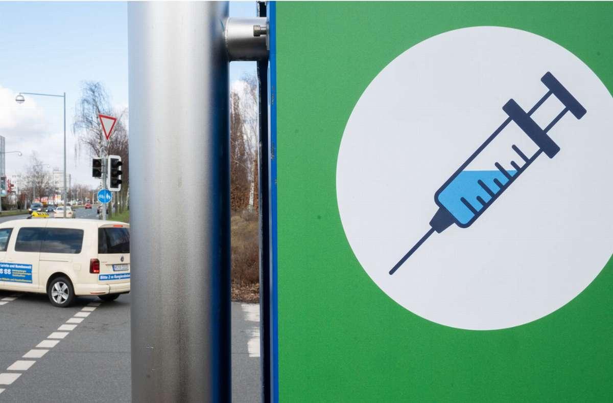 Die begehrte Spritze – ein Impfzentrum in Hannover. Foto: dpa/Julian Stratenschulte