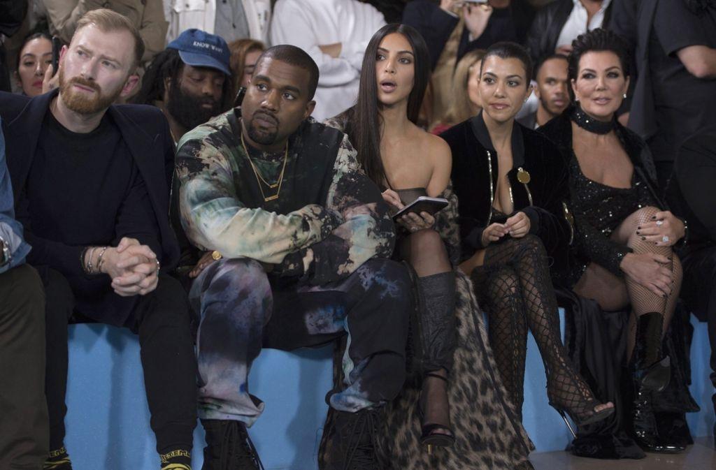 Kim Kardashian (3. von rechts) und Ehemann Kanye West (2. von links) am 29. September in Paris bei einer Modenschau. In der Nacht auf Montag wurde die Schauspielerin überfallen. Foto: dpa