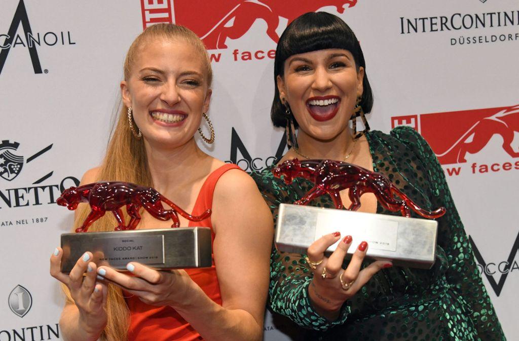 """Die Sängerinnen Kiddo Kat (links) und Nessi freuen sich über ihre Roten Panther beim """"New Faces Award"""" in Düsseldorf Foto: dpa"""