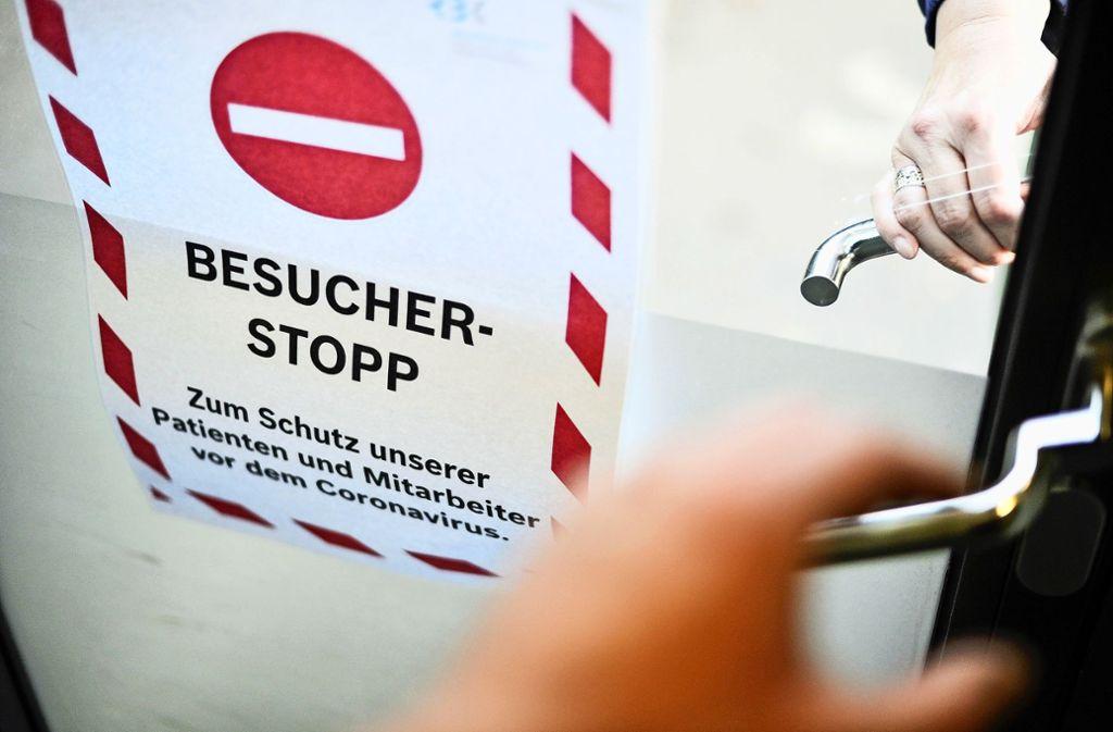 Während etwa an den Stuttgarter Krankenhäusern das  Besuchsverbot aufgehoben wird, bleibt es an den Rems-Murr-Kliniken vorerst bestehen. Die Klinikleitung hält eine generelle Lockerung  für eine zu große Gefahr für die Patienten. Foto: Lichtgut/Max Kovalenko