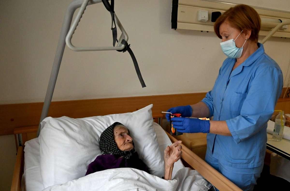 Die 99-Jährige kann nun nach drei Wochen aus dem Krankenhaus entlassen werde. Foto: AFP/DENIS LOVROVIC