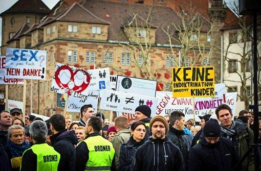Ein Papier zu den neuen Bildungsplänen hat Widerspruch geweckt, so bei einer Demo in Stuttgart. In den Plänen  geht es aber um mehr als um sexuelle Vielfalt. Foto: Achim Zweygarth