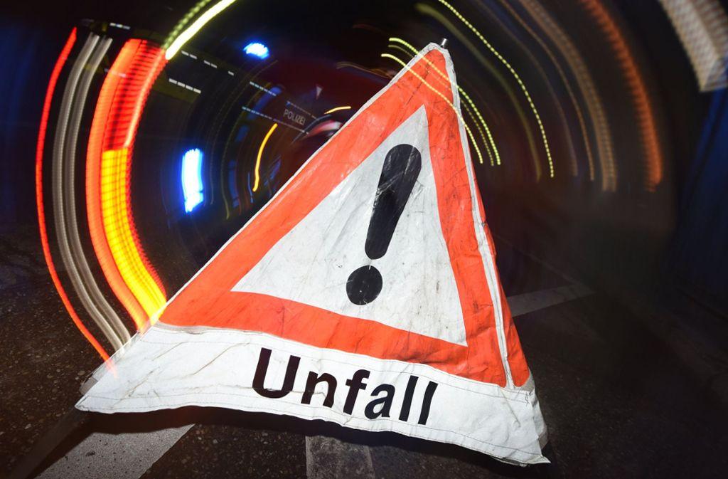 Ein Lastwagen hat auf der Autobahn 7 bei Aalen bei einem Zusammenstoß mit einem weiteren Lkw Sprudelkisten verloren. (Symbolbild) Foto: dpa