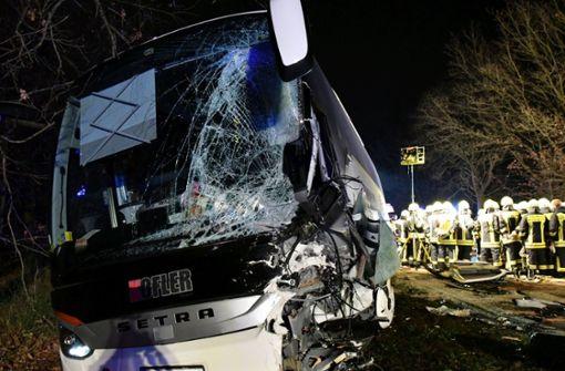 Baustellenfahrzeug kracht in Reisebus – viele Verletzte