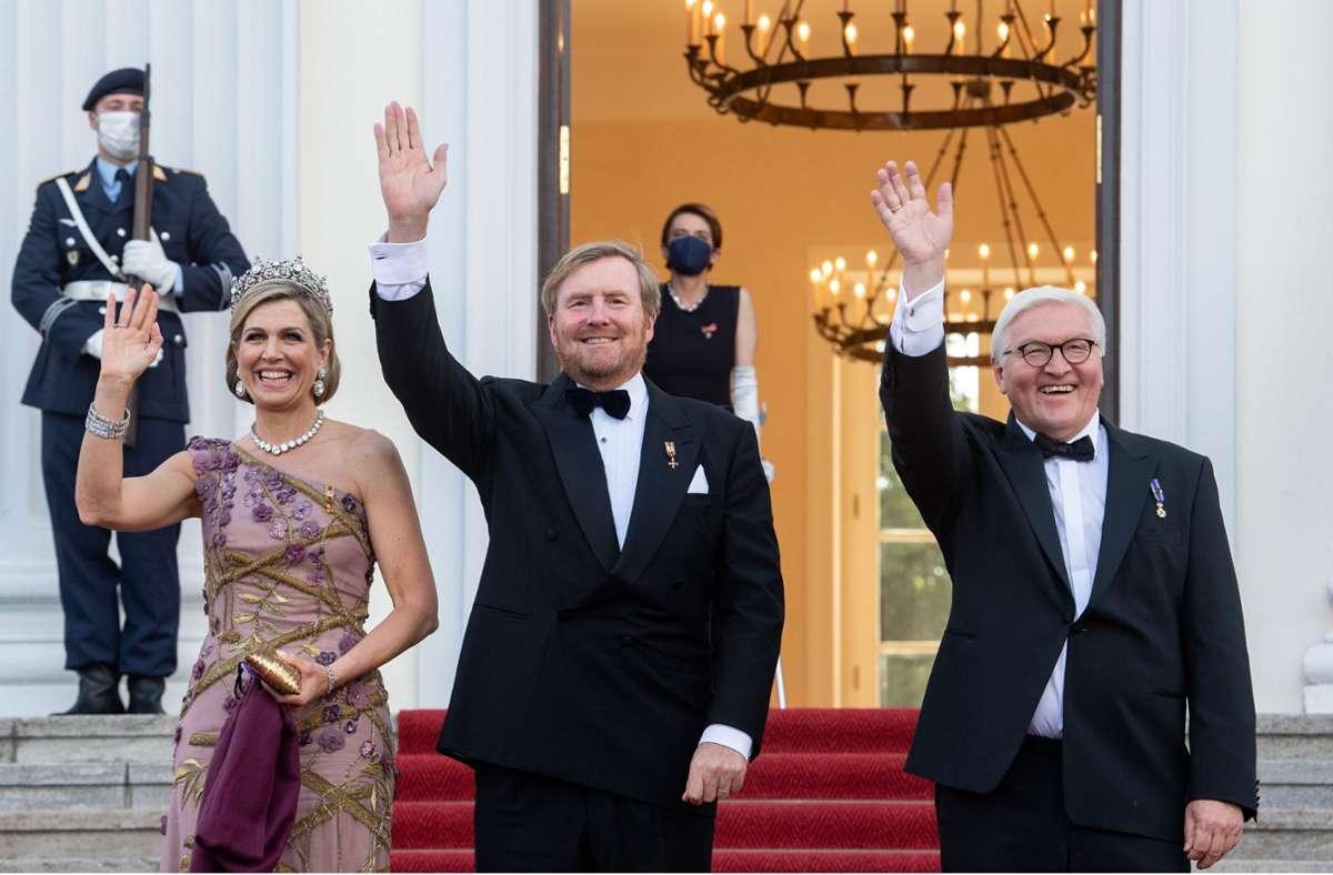 Der Bundespräsident Frank-Walter Steinmeier (rechts) begrüßte das niederländische Königspaar zu einem Staatsbankett im Schloss Bellevue. Foto: dpa/Bernd von Jutrczenka
