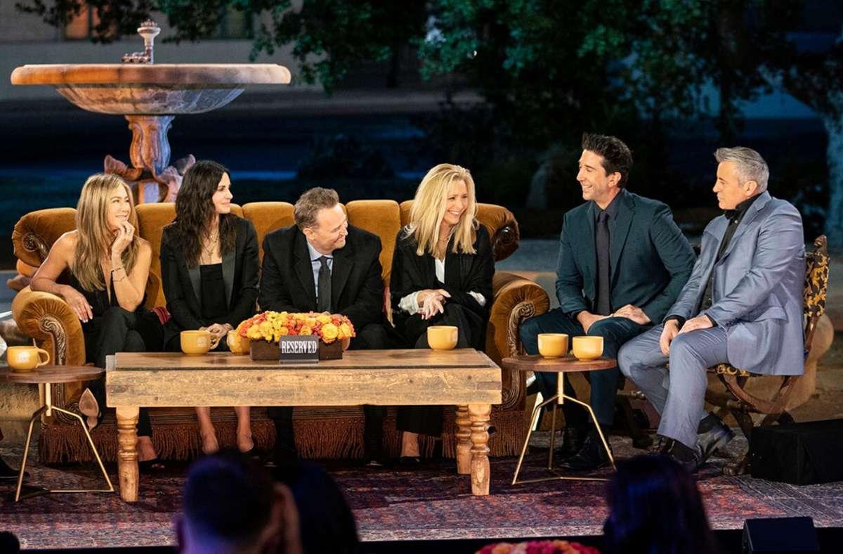 """Szene der """"Friends""""-Reunion mit Rachel, Monica, Chandleer, Phoebe, Ross und Joey (von links) Foto: HBO Max"""