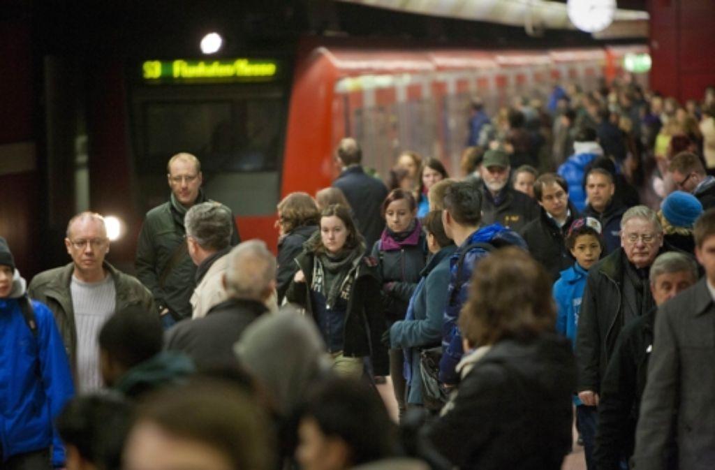 Die S-Bahn ist das wichtigste Nahverkehrsmittel in der Region. Im Berufsverkehr reichen allerdings kleinste Störungen aus, um sie völlig aus dem Takt zu bringen. Foto: dpa