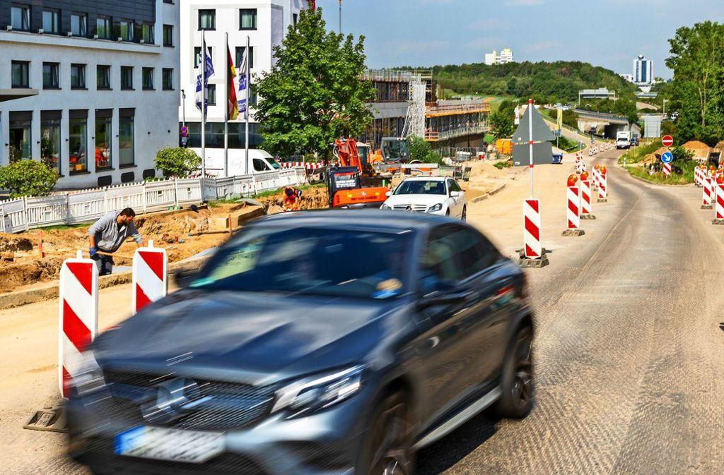 Autos rumpeln  in Echterdingen über den  abgefrästen Fahrbelag. Foto: Thomas Krämer