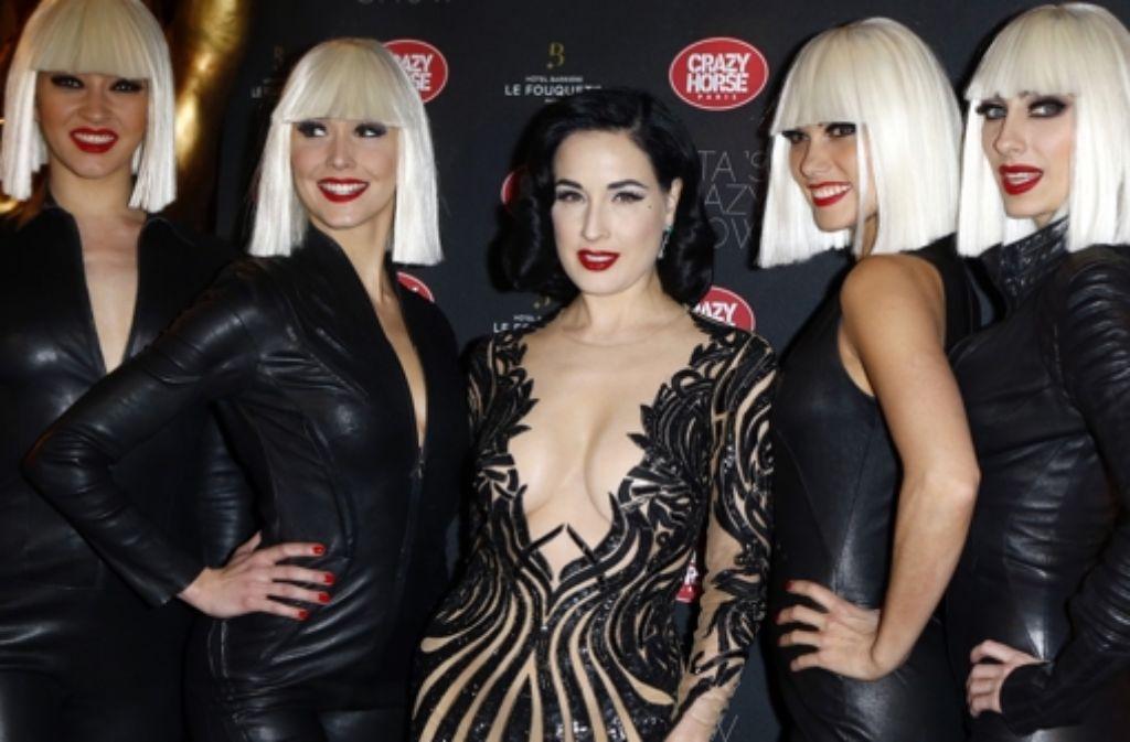 """Dita von Teese (Mitte) umgeben von vier Tänzerinnen aus der """"Crazy Show"""" Foto: AP"""