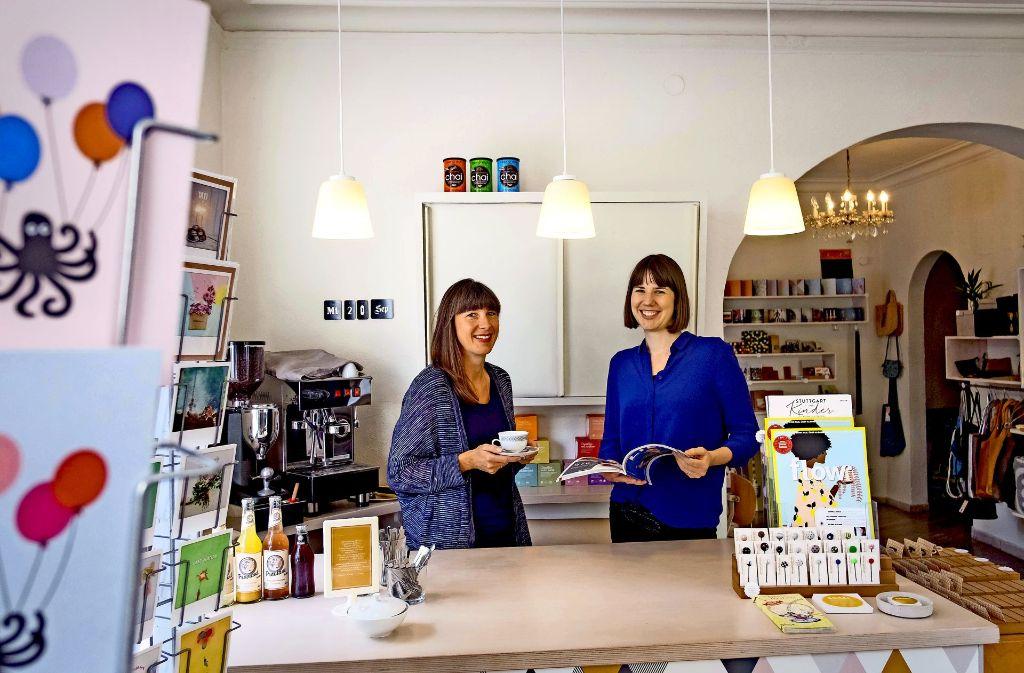 Nanette Föhr (li.) und Caroline Goeser veranstalten am Samstag einen kleinen Flohmarkt in ihrem Annas Kaufladencafé. Foto: Lichtgut/Max Kovalenko