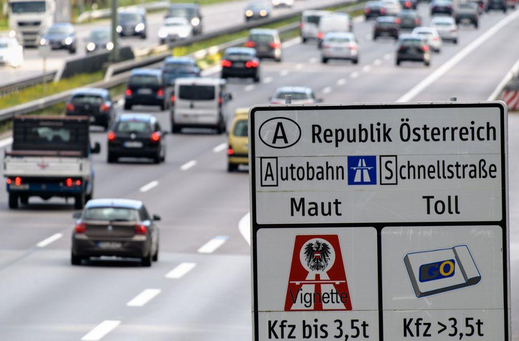 In einigen Gebieten sollen deutsche Autofahrer künftig auf die Vignette verzichten können. (Archivbild) Foto: dpa/Matthias Balk
