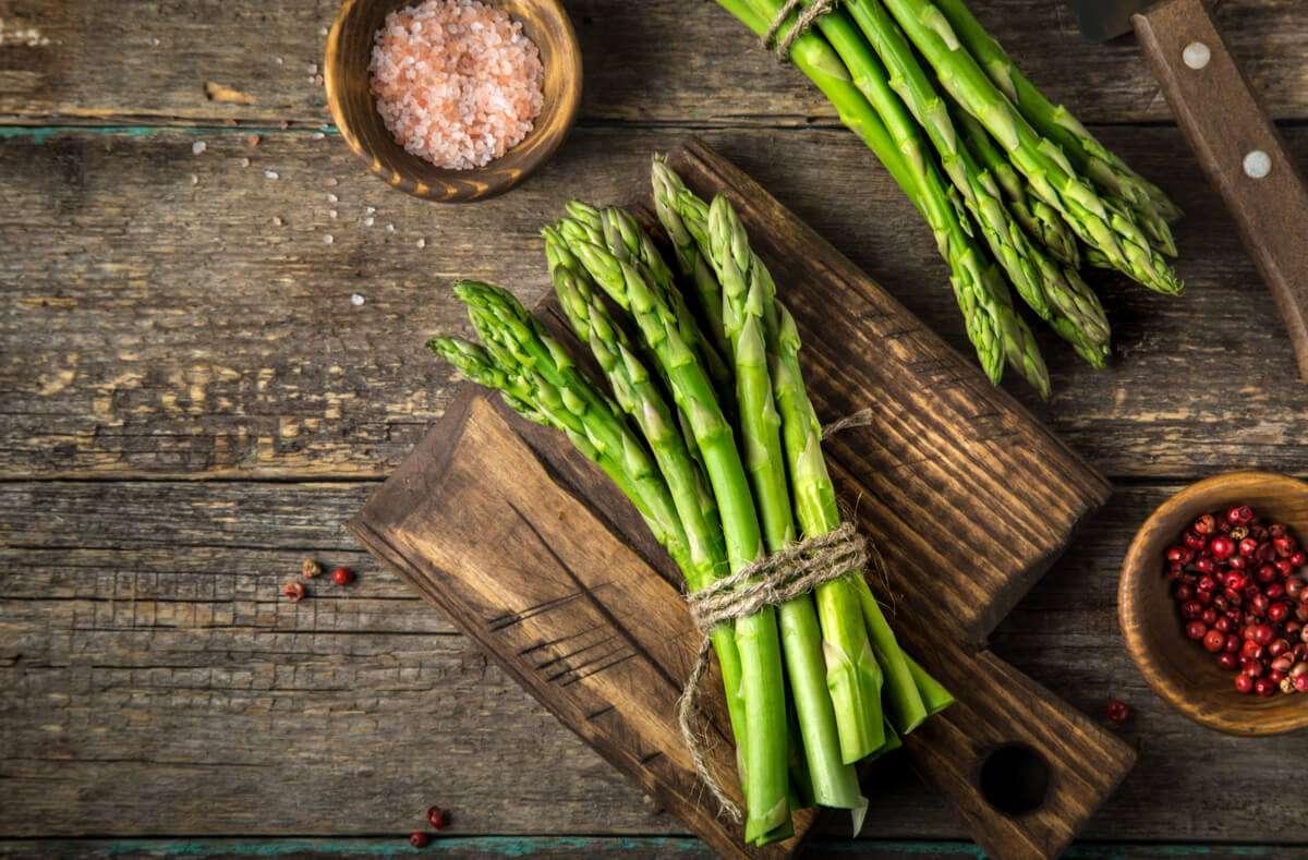 In diesem Artikel zeigen wir Ihnen, wie Sie grünen Spargel schälen und zubereiten. Foto: Anna Shepulova / Shutterstock.com