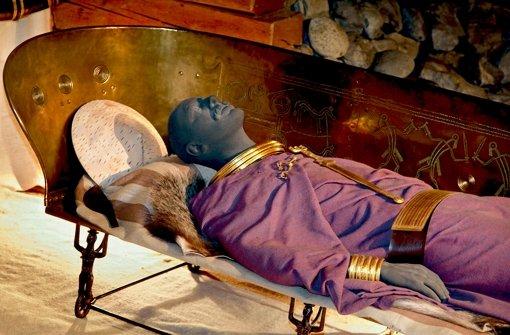 Die Liege aus Bronze, am Körper ein kostbares Gewand und jede Menge Goldschmuck: der Hochdorfer Keltenfürst konnte sich was leisten. Foto: factum/Granville