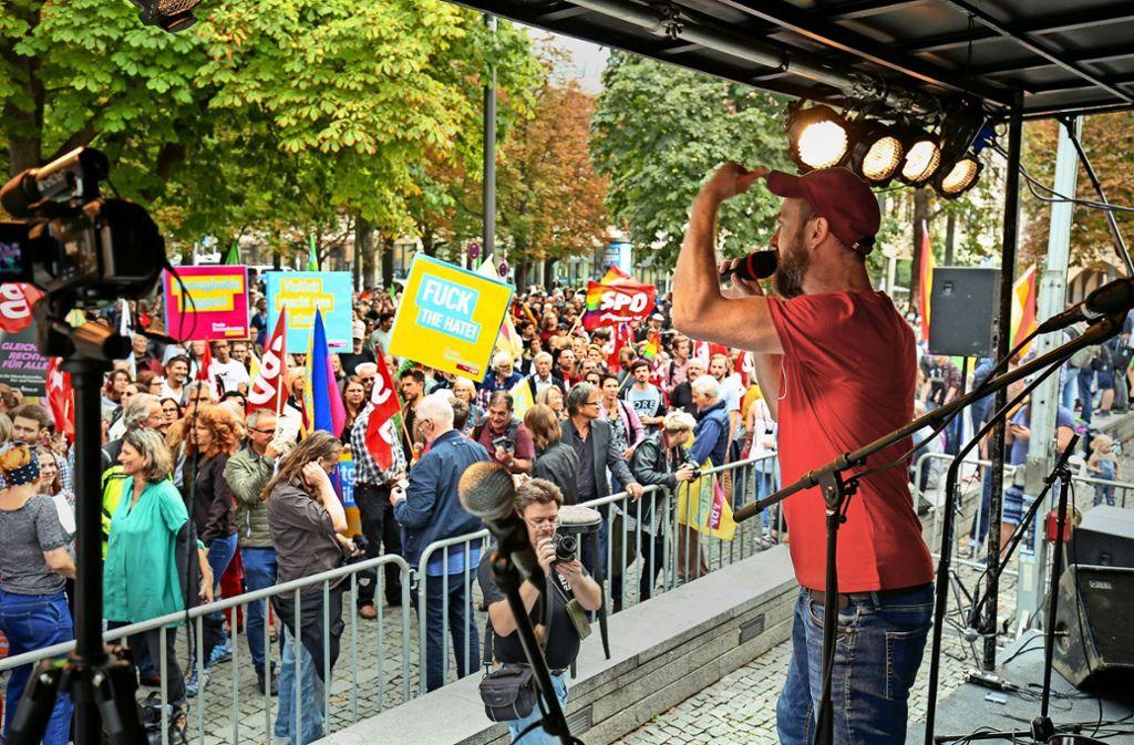2000 Demonstranten protestieren friedlich auf dem Karlsplatz gegen Rassismus, darunter auch OB Fritz Kuhn . Foto: Lichtgut/Leif Piechowski