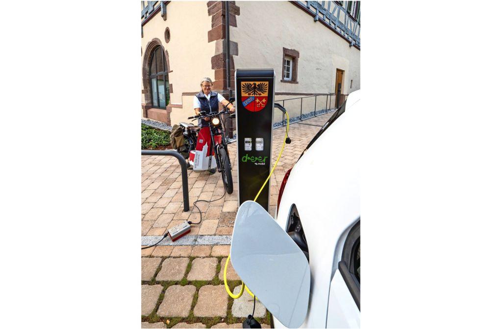 """Ob Roller oder Auto: An der neuen Ladesäule bekommen die E-Fahrzeuge wieder """"Saft"""". Foto: factum/Andreas Weise"""