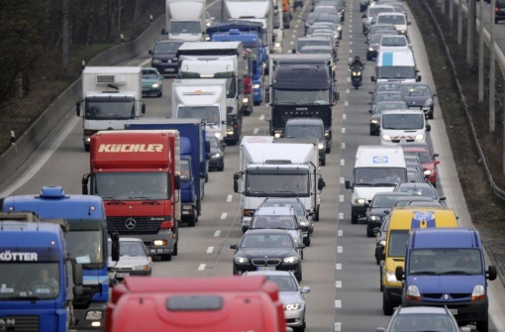 Autofahrer standen am Montag nach einem Unfall mit einem Lkw auf der Autobahn 8 bei Sindelfingen über Kilometer im Stau. Foto: dpa/Symbolbild