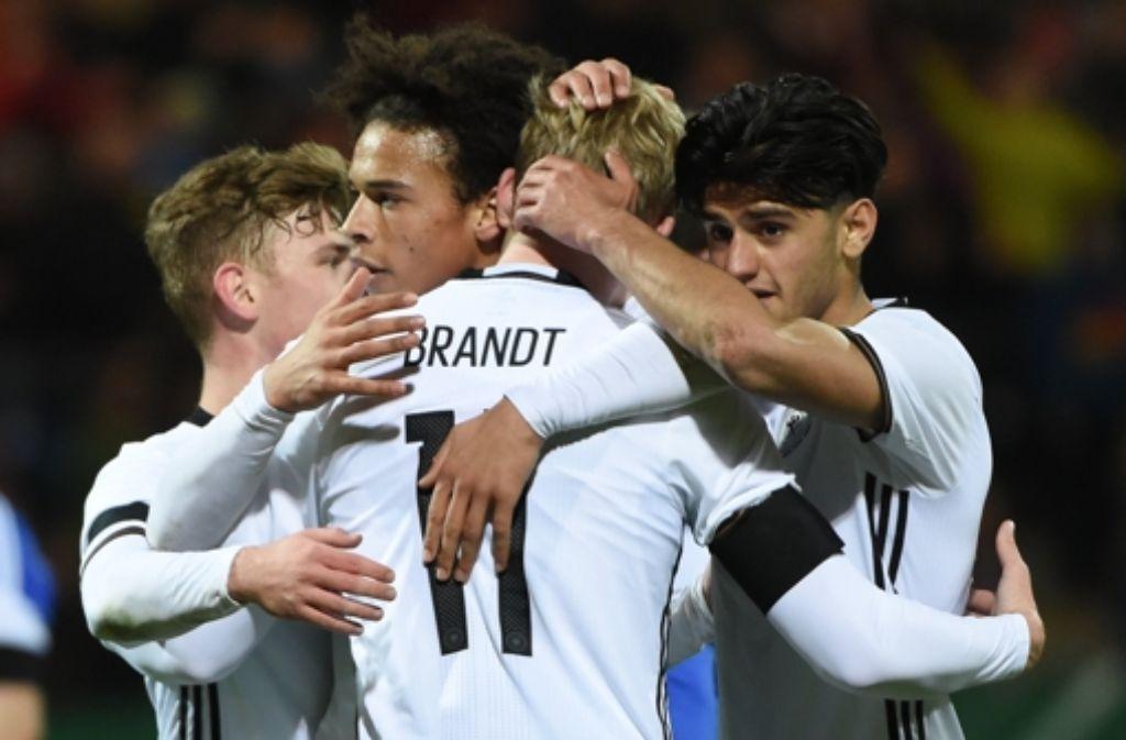 Max Meyer (von links nach rechts), Leroy Sané, Julian Brandt und Mahmoud Dahoud jubeln nach dem Tor zum 4:1-Sieg gegen Färöer. Foto: dpa