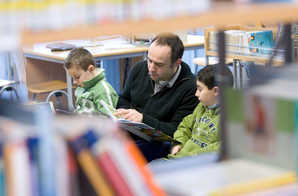 In der interkulturellen Bibliothek können Eltern ihren Kindern in verschiedenen Sprachen  vorlesen. Foto: dpa (Symbolbild)