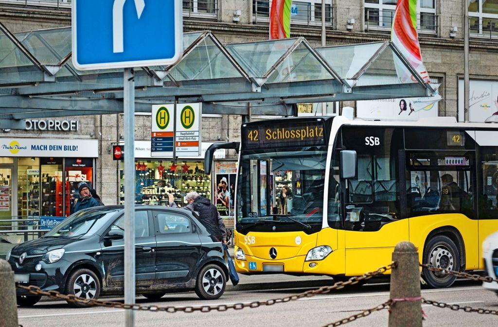 Ein Autofahrer hält auf der Busspur am Arnulf-Klett-Platz gegenüber dem Hauptbahnhof. Erlaubt ist das nicht – auch wenn man nur kurz jemanden ein- oder aussteigen lässt. Foto: Lichtgut/Achim Zweygarth