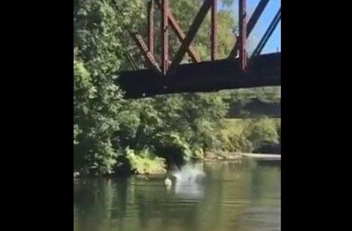 Vierjähriger von acht Meter hoher Brücke in Fluss geworfen