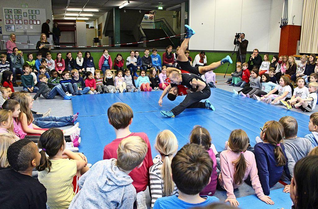 So sieht es aus, wenn ein dreifacher Weltmeister ringt: Frank Stäbler an der Schönbuchschule. Foto: Caroline Holowiecki