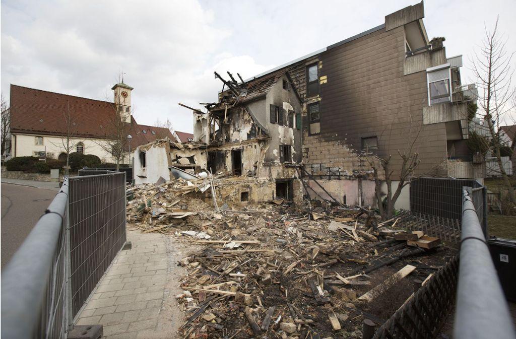 Das völlig zerstörte Einfamilienhaus im Altbacher  Ortszentrum ist zurzeit mit einem Baustellenzaun gesichert. Der Abriss ist wohl unumgänglich. Foto: Horst Rudel