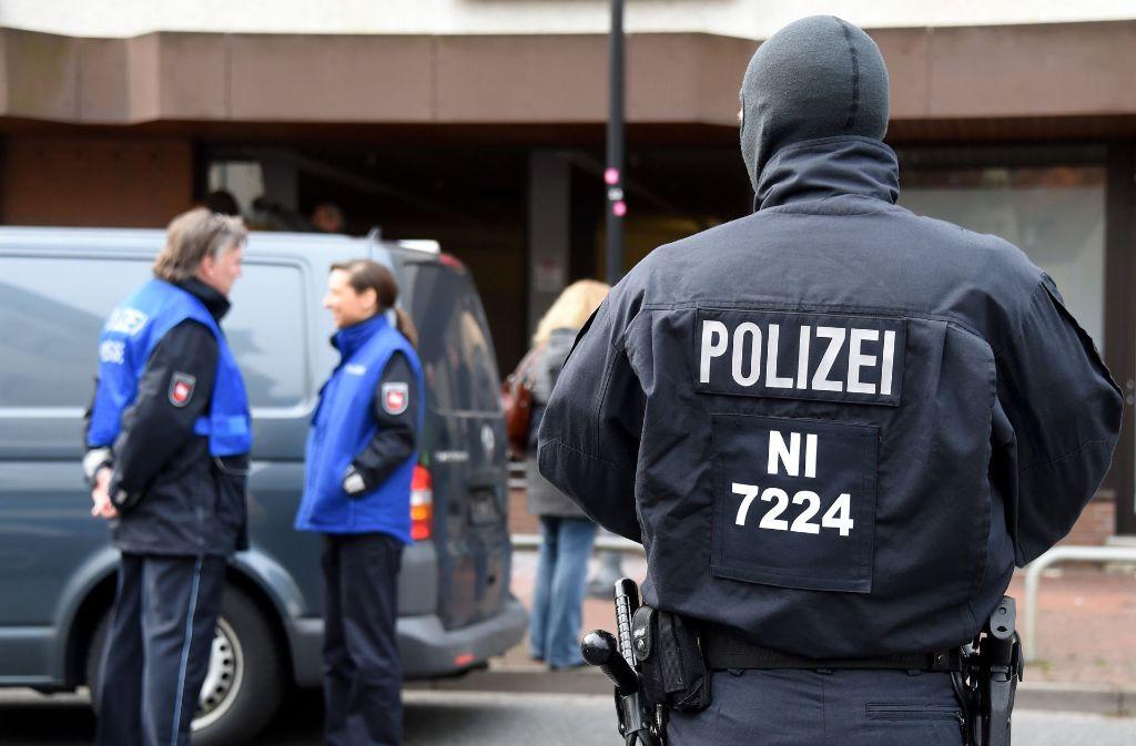 Razzia in Hildesheim: Die Polizei zerschlägt einen bundesweit aktiven Verein radikaler Salafisten. Foto: dpa