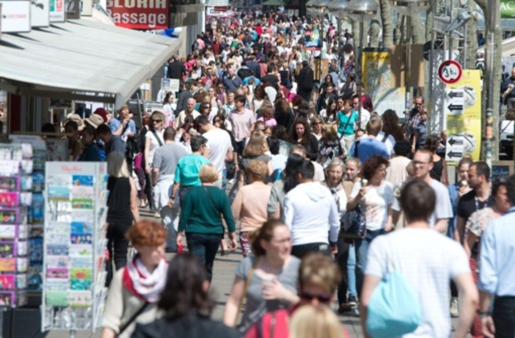 Mit dem ersten verkaufsoffenen Sonntag seit zehn Jahren in der Stuttgarter Innenstadt will die City Initiative Werbung für den stationären Handel betreiben. Foto: dpa