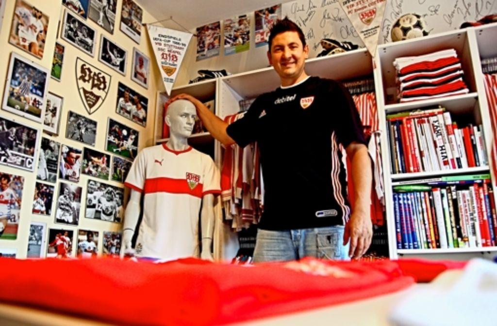 VfB-Fan Ralf Burkhart in seiner Schatzkammer: Weitere Bilder aus den Heiligen Hallen des  Trikotsammlers sehen Sie in der folgenden Fotostrecke. Foto: Breithut
