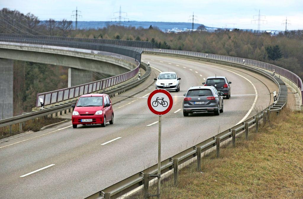 Radfahrer müssen  zwischen Nellingen und Neuhausen einen Umweg nehmen. Foto: Horst Rudel