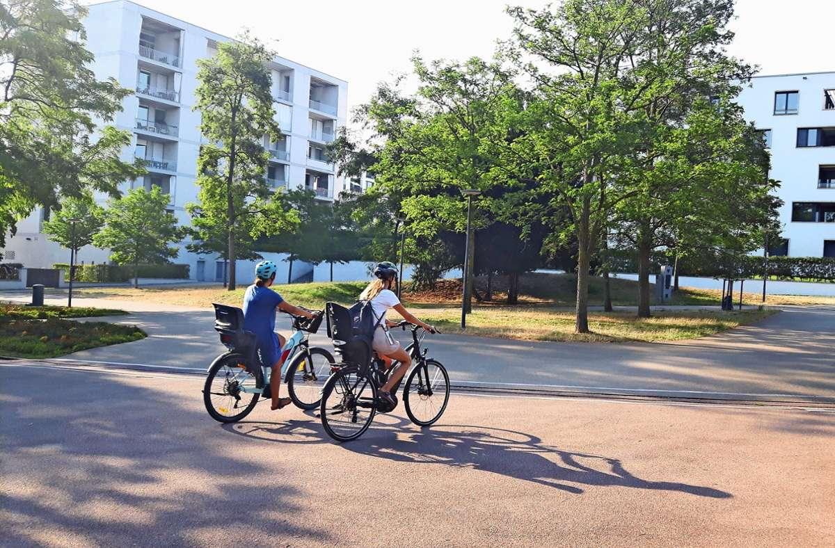 Obwohl Radfahren im Höhenpark verboten ist,   steigt das Gros der Radler nicht ab. Foto: Eva Funke