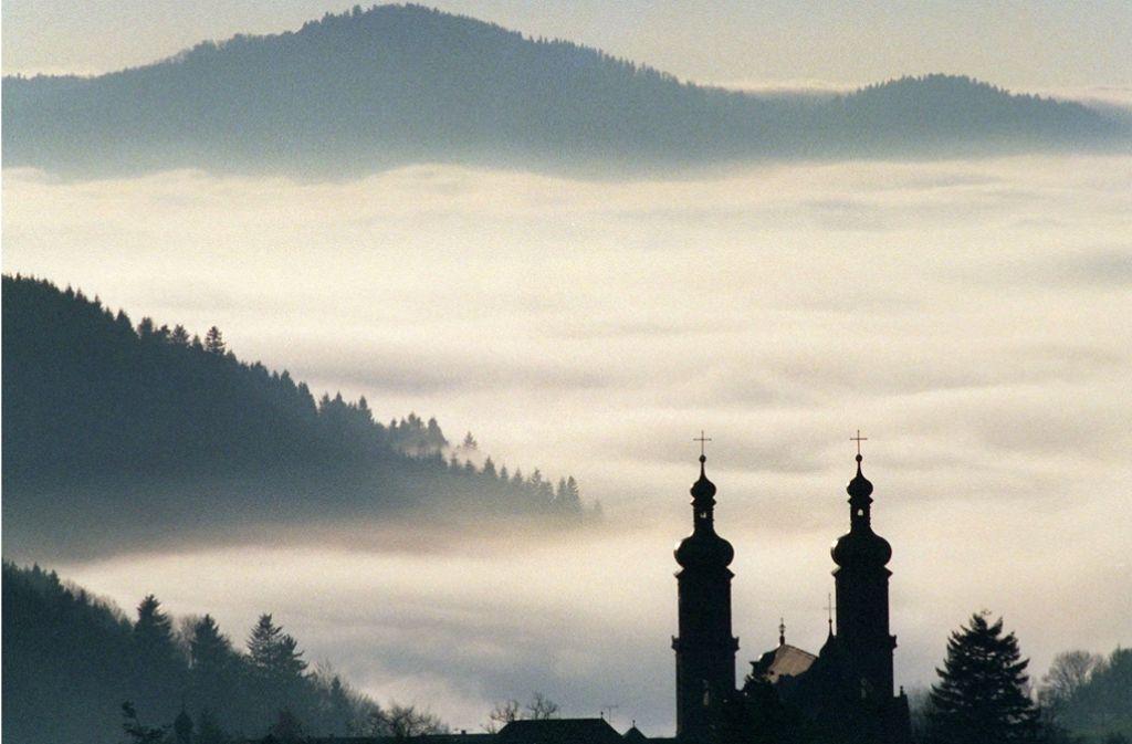 Symbolbild des Schwarzwaldes: Blick auf die ehemalige Klosterkirche von St. Peter im Breisgau-Hochschwarzwald. Die Region ist ein beliebter Ort für Extremsportler. Foto: dpa