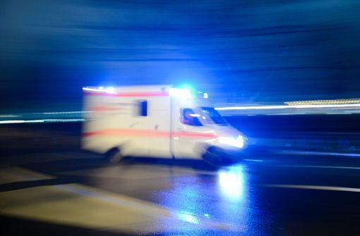 Kleinkind fällt im Kreisverkehr aus fahrendem Auto