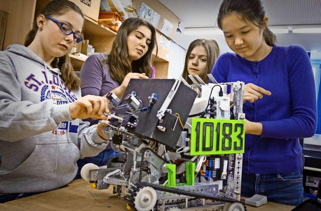 Die KKST-Girls aus dem Königin-Katharina-Stift bringen ihren Roboter namens Werner wieder auf Vordermann. Foto: Lichtgut/Max Kovalenko