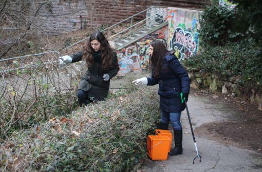 Helfer befreien Eugensplatz von Abfällen
