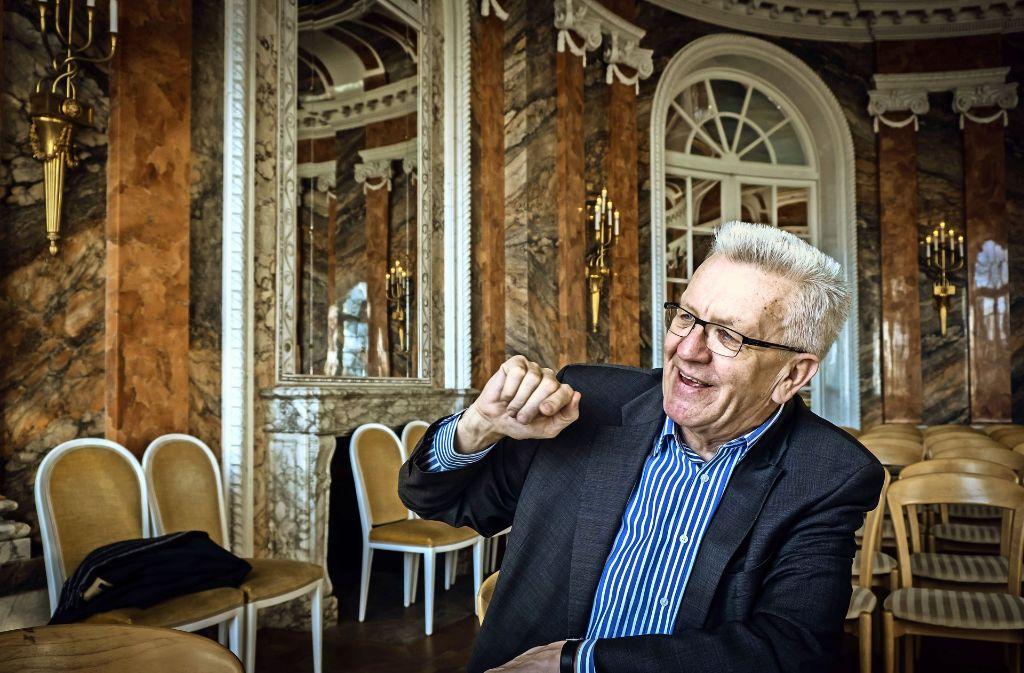 """""""Das Infragestellen des Hergebrachten, das war der Kick."""" Winfried Kretschmann im Balkonsaal des Hohenheimer Schlosses (oben). Foto: Lg/Achim Zweygarth, picture alliance"""
