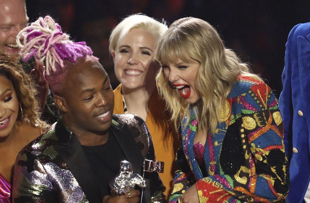 Taylor Swift (rechts) freut sich über ihren Award. Foto: AP