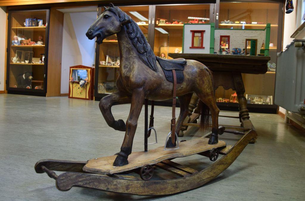 Einige Ausstellungsstücke wie das Schaukelpferd und ein Puppentheater sind zum Anfassen und Spielen da. Foto: Alexandra Kratz