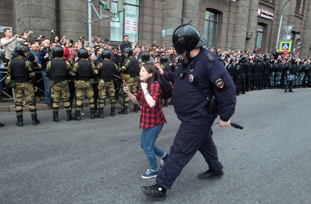 Fast täglich finden landesweit Proteste gegen die Politik Putins statt. Hier hält ein Polizist ein Mädchen fest während eines Protestes gegen die Erhöhung des Rentenalters. Foto: AP