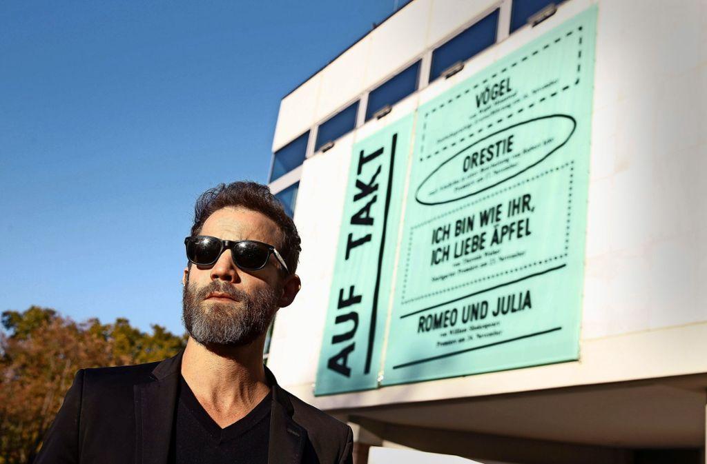 Künstler mit politischem Kopf: das Ensemble-Mitglied Itay Tiran vor dem Schauspielhaus am Eckensee Foto: Lichtgut/Leif Piechowski