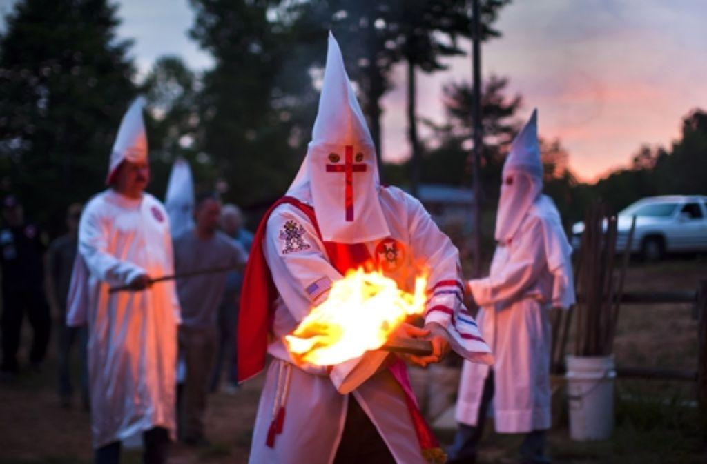 Mitglieder des Ku-Klux-Klans in den USA. Der Spitzel Corelli hat gute Kontakte zum deutschen Ableger der rassistischen Verbindung gehabt. Foto: EPA