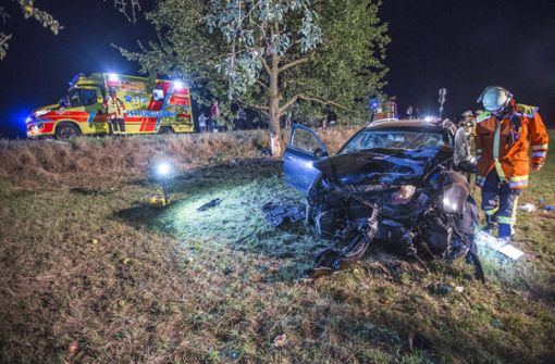 19-Jähriger prallt nach Überholmanöver gegen Baum – Drei Schwerverletzte