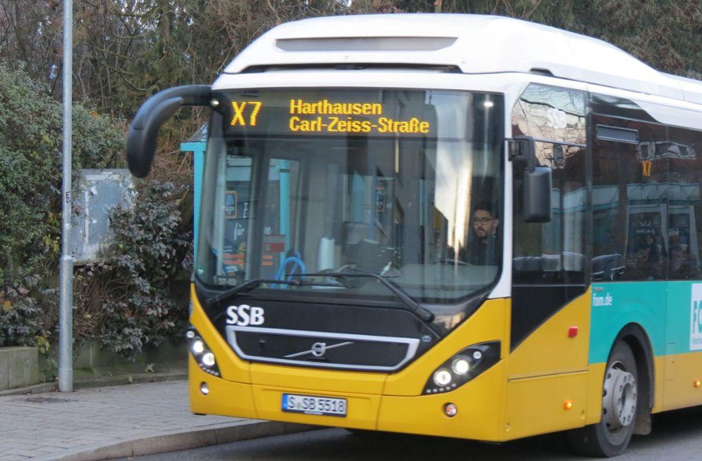 Der neue Expressbus X7  kommt etwas moderner daher als sein großer Bruder, ein Gelenkbus der 77er-Linie. Foto: Otto-H. Häusser