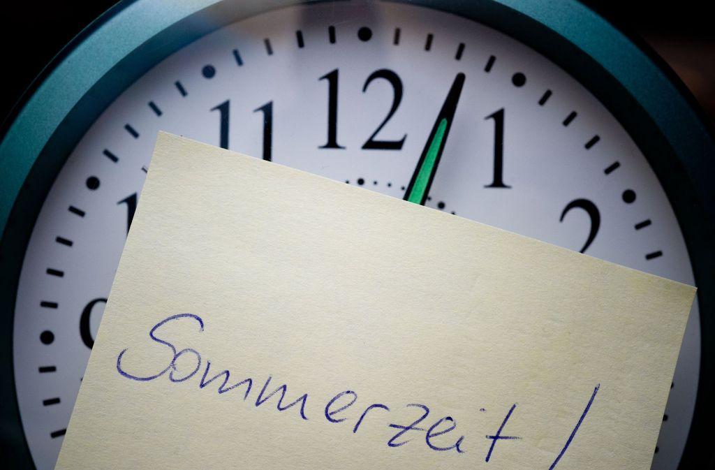 Ende März ist es wieder so weit: Um 2.00 Uhr werden die Uhren um eine Stunde auf 3.00 Uhr vorgestellt. Jeder dritte Deutsche hat Probleme mit den Folgen dieser Umstellung auf den Biorhythmus und seine alltäglichen Gewohnheiten. Foto: Patrick Pleul/dpa