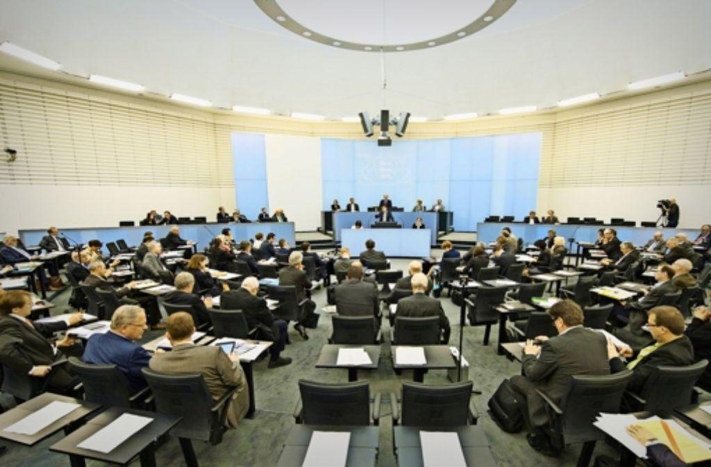 Beim Blick in den Landtag herrscht das Grau der Männer  vor, die wenigen Frauen heben sich  farblich kaum ab. Foto: dpa