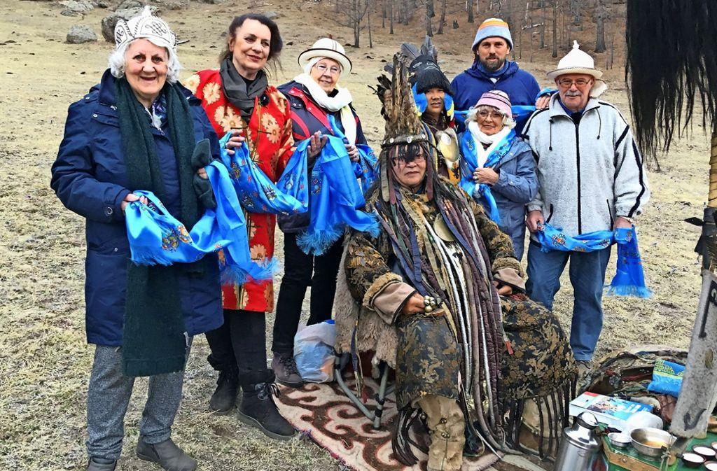 """Andere Länder, andere Hüte: die Seniorenreisenden von """"Mit 80 Jahren um die Welt"""" bei einer Schamanenzeremonie im Gorkhi Terelj Nationalpark in der Mongolei Foto: ZDF"""