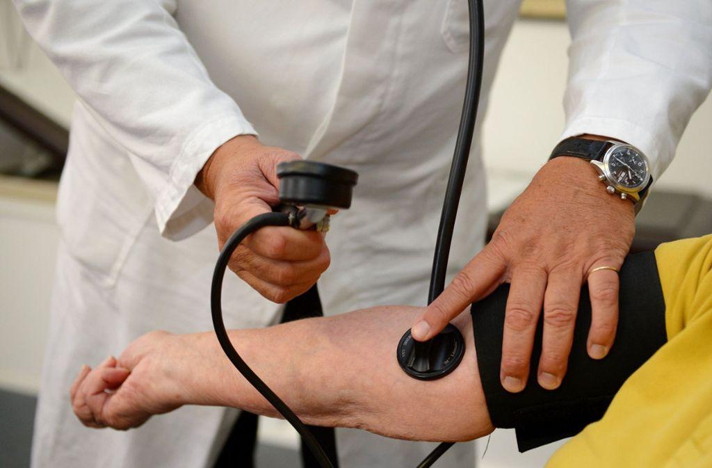 Patienten haben demnach weniger Schmerzen, wenn ihre Ärzte selbst an die Wirksamkeit der Behandlung glauben. Foto: dpa/Bernd Weissbrod