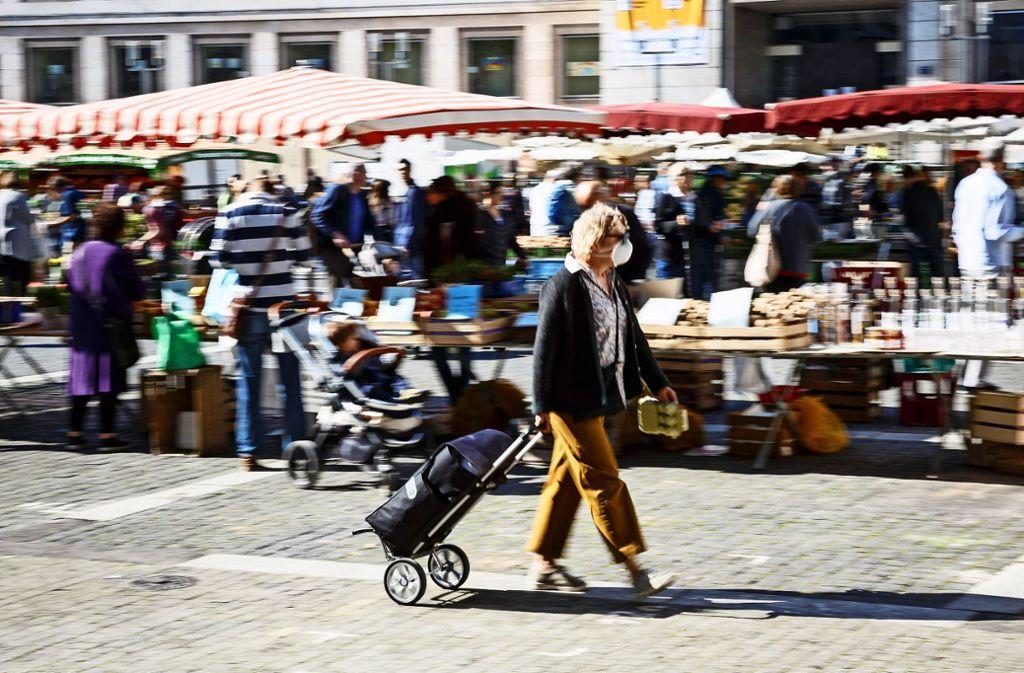 Mit Schutzmaske und bei Einhaltung der Abstandsregeln ist ein Einkauf auf dem Wochenmarkt auf dem Marktplatz auch in Pandemiezeiten möglich. Foto: /Julian Rettig