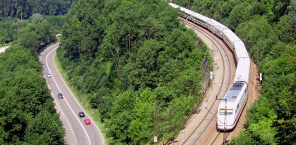 Zwischen Stuttgart und Ulm (hier ein Archivbild) geht es mit dem Zug derzeit langsam voran. Die Bahnstrecke ist für die EU weiterhin förderwürdig. Die Geschichte des Bahnprojekts Stuttgart-Ulm dokumentieren wir in der folgenden Bilderstrecke. Foto: dpa
